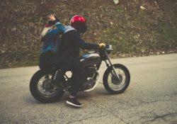 junges paar auf motorrad mit helm